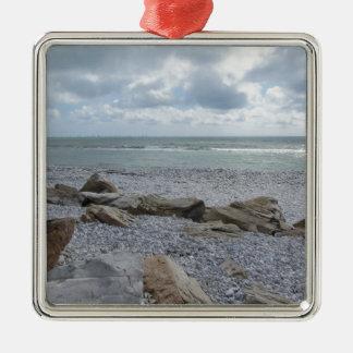 Kust van strand met zeilboten op de horizon zilverkleurig vierkant ornament