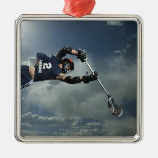 Laag hoekuitzicht van jai-alaispeler het springen zilverkleurig vierkant ornament