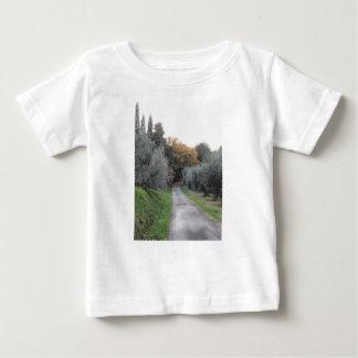 Landelijk landschap met asfaltweg in de herfst baby t shirts