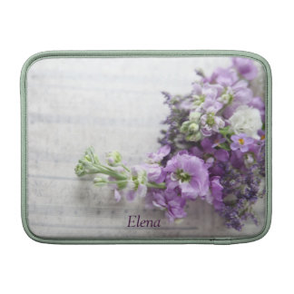 lavendel-gekleurde bloemen op het sleeve van muzie MacBook beschermhoezen