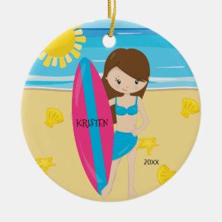 Leuk Donkerbruin Gepersonaliseerd Meisje Surfer Rond Keramisch Ornament