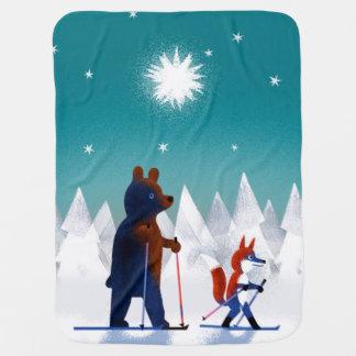 Leuk draag en Vos ski?end onder sterren in een bos Inbakerdoek