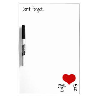 Leuk jongen en meisje in liefdekrabbel whiteboards