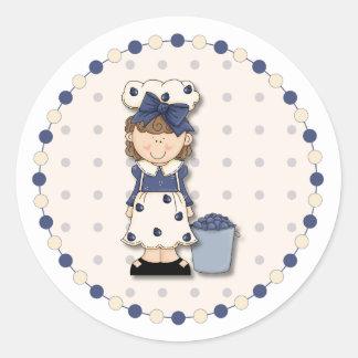 Leuk landmeisje + emmer met bosbessen wordt gevuld ronde sticker