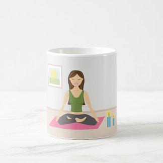 Leuk Meisje die Yoga in een Mooie Zaal doen Koffiemok