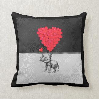 Leuk olifant en liefdehart op grijs sierkussen