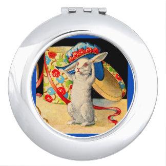 leuk weinig wit konijntje die groot pet dragen make-up spiegeltjes