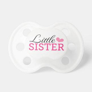 Leuk weinig zusterfopspeen met roze hart baby speentje