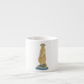 Leuke Afrikaanse Meerkat die zich rechtop boven op Espresso Kop