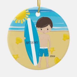 Leuke Donkerbruine Gepersonaliseerde Jongen Surfer Rond Keramisch Ornament
