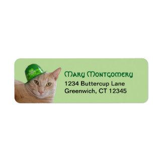 Leuke Oranje Kat die een Groen Iers Pet dragen Etiket