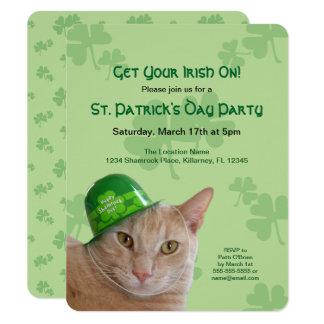 Leuke Oranje Kat die een Groene Ierse Partij van Kaart
