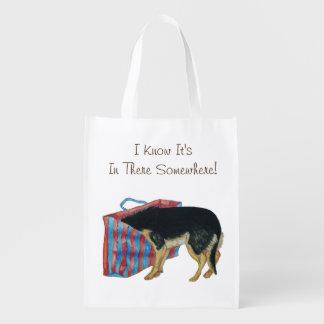 Leuke zwarte en tan hond met hoofd in het winkelen boodschappentas