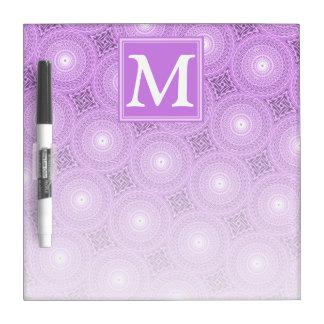 Lila paars de cirkelspatroon van het monogram whiteboard