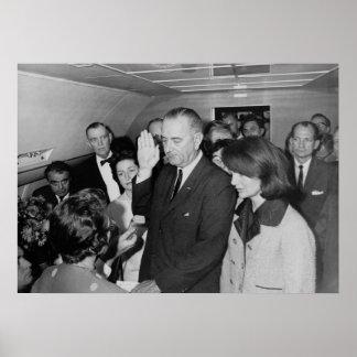 Lyndon B. Johnson die de Eed van Kantoor nemen Poster