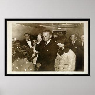 Lyndon Johnson die Eed op Air Force One nemen Poster