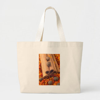 Macro uitzicht van cinnamone, de peperbollen en grote draagtas