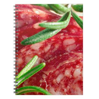 Macro uitzicht van de besnoeiingsstukken van worst notitieboek