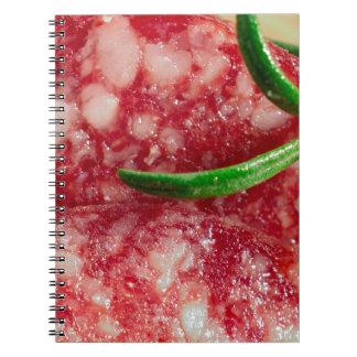 Macro uitzicht van de worst en het bacon ringband notitieboek
