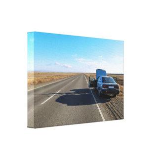 Man die een gebroken auto herstellen door de weg canvas afdruk