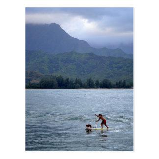 Man en Hond op Paddleboard in het Briefkaart van