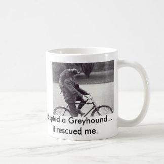 Man en windhond op fiets in Engeland, Koffiemok
