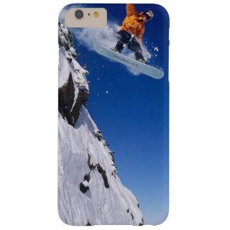 Man op een snowboard die van een kroonlijst