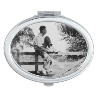 Man op Spiegel van het Afbeelding van de Poort de Handtas Spiegeltje