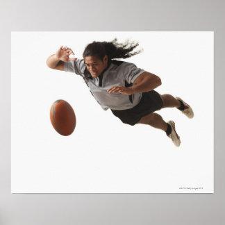 Mannelijke rugbyspeler die voor bal duiken poster
