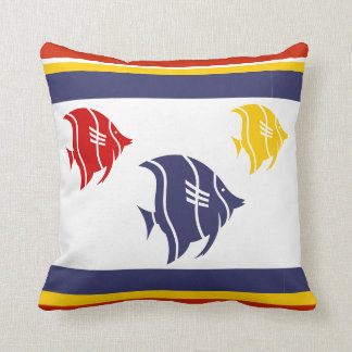marineblauwe, gele, en rode vissen op wit sierkussen