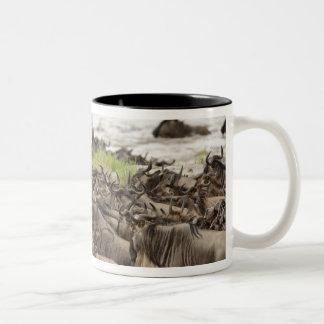 Massieve kudde Wildebeest tijdens migratie, Tweekleurige Koffiemok