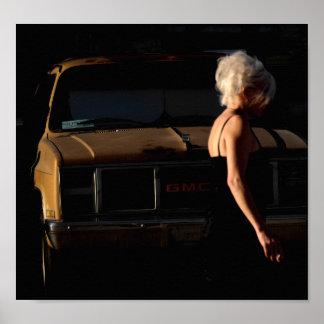 Meisje die door de Oude Vrachtwagen van GMC lopen Poster