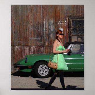 Meisje die door Oude Auto & de Rustieke Bouw lopen Poster