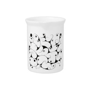 Melkachtige manier in zwarte drink pitchers