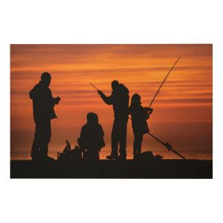 Mensen die bij Golfbreker vissen Hout Afdruk