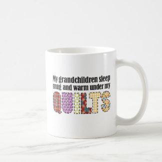 Mijn kleinkinderenslaap behaaglijk onder mijn koffiemok