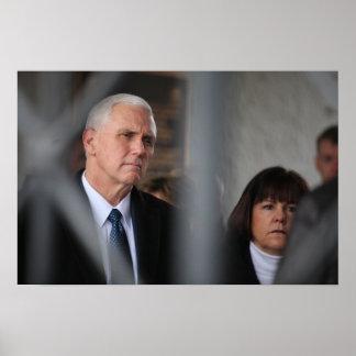 Mike Pence met Vrouw Karen in Dachau Poster