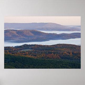 Mistige valleien en herfstgebladerte in Ozark Poster