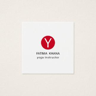 Moderne Elegante Eenvoudige Rode Yoga Met monogram Vierkant Visitekaartjes