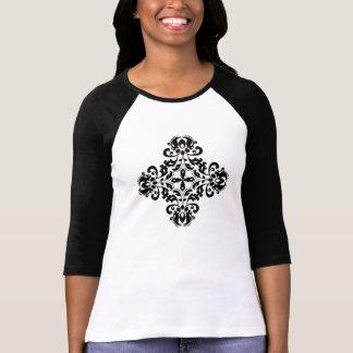 Mooi versierd damastkruis in zwarte t shirt