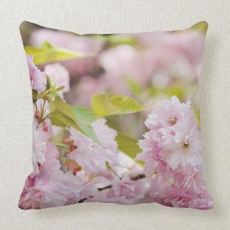 Mooie de lentebloemen sierkussen