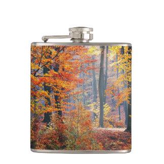 Mooie kleurrijke de herfst boszonnestralen heupfles