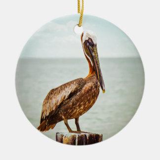 Mooie Pelikaan die over de Oceaan wordt Rond Keramisch Ornament