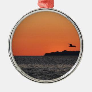 Mooie zeezonsondergang met eilandsilhouet zilverkleurig rond ornament