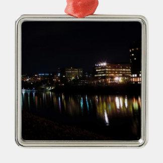 Morgantown van de binnenstad bij Nacht Zilverkleurig Vierkant Ornament