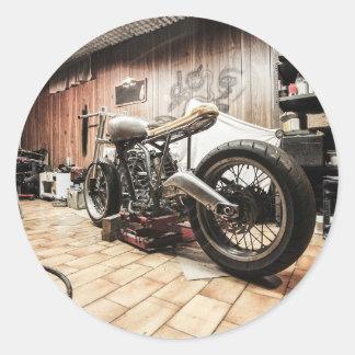 Motorfiets in de eenzame garage ronde sticker