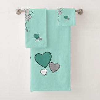 Munt en de grijze leuke bloemen en de harten van bad handdoek