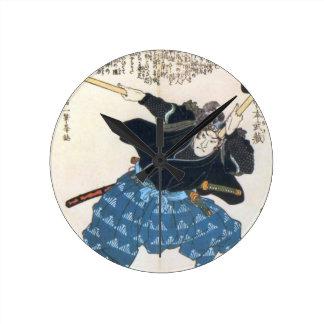 Musashi Miyamoto 宮本武蔵 met twee Bokken Ronde Klok