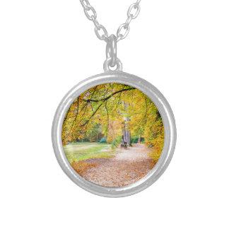 Nederlands de herfstlandschap met voetpad en boom zilver vergulden ketting