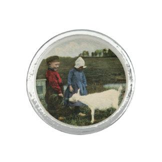 Nederlandse Kinderen met Hun Witte Geit Ring